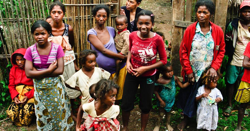 Die 18 Ethnien sprechen verschiedene Dialekte des Malagasy (Nationalsprache).