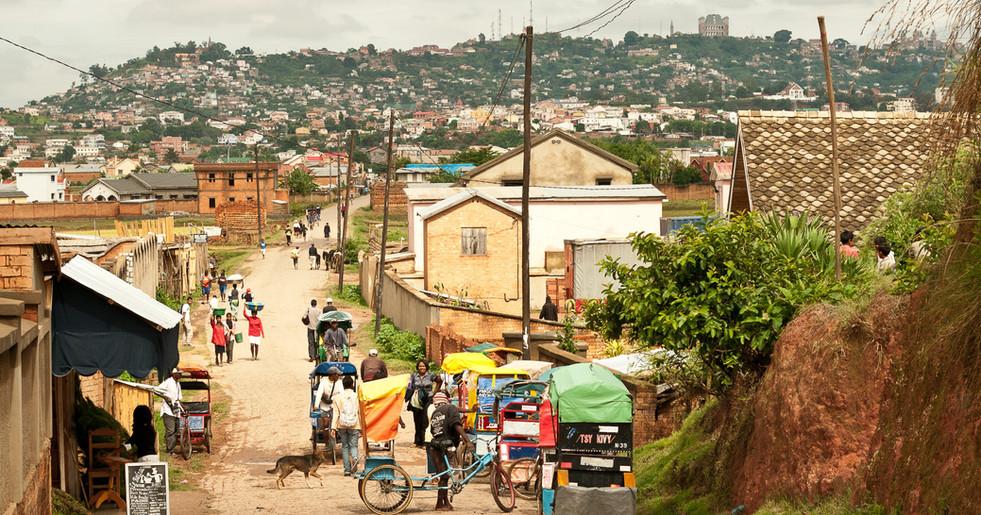 Die École de Demain befindet sich im Dorf Ambodivoanjo, etwa 6 km von der Hauptstadt, Antananarivo (kurz Tana), entfernt.