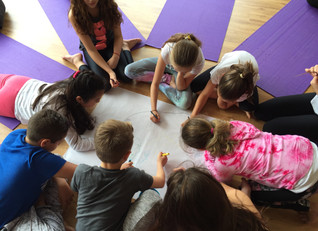 Yoga en las escuelas mejora la salud acorde a la nueva investigación