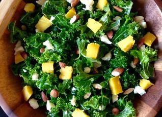 Ensalada de Kale con mango, almendras y arándanos