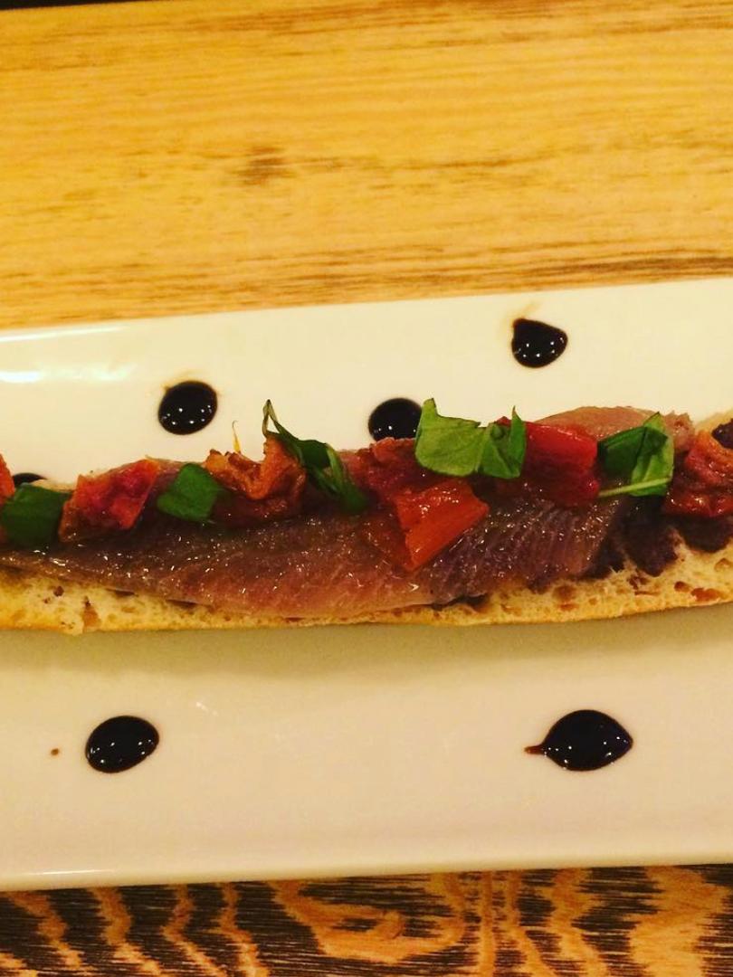 Sardina ahumada con albahaca y tomate confitado