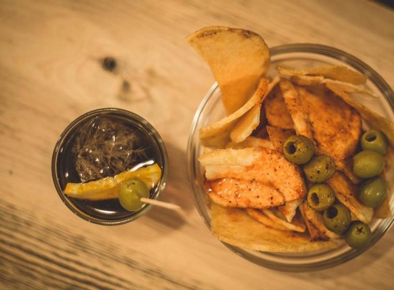 Chips gruesas y vermut