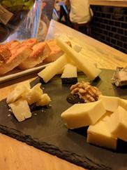 Tabla de quesos y pan con tomate