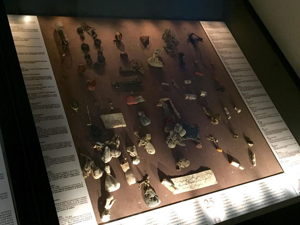 The cases in the museum house a large number of amulets, all of which are very well documented and described in panels