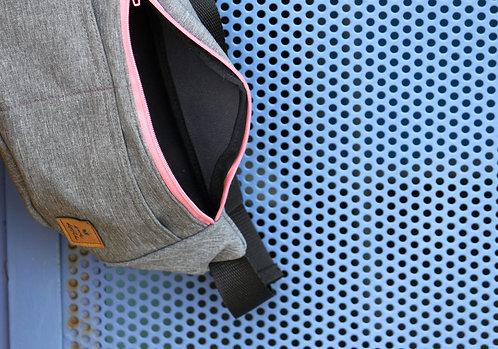 Riñonera gris con cremallera rosa chicle