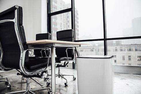 Luftreiniger im Büro und Konferenzraum
