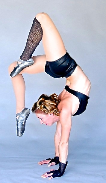 Elle Carpenter Flexible Hand-balancing