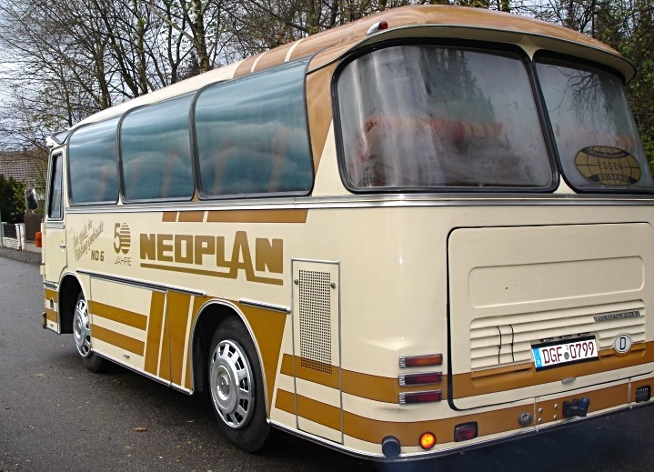 Active Oldtimer Bus mieten Neoplan ND6 aussen hinten_edited