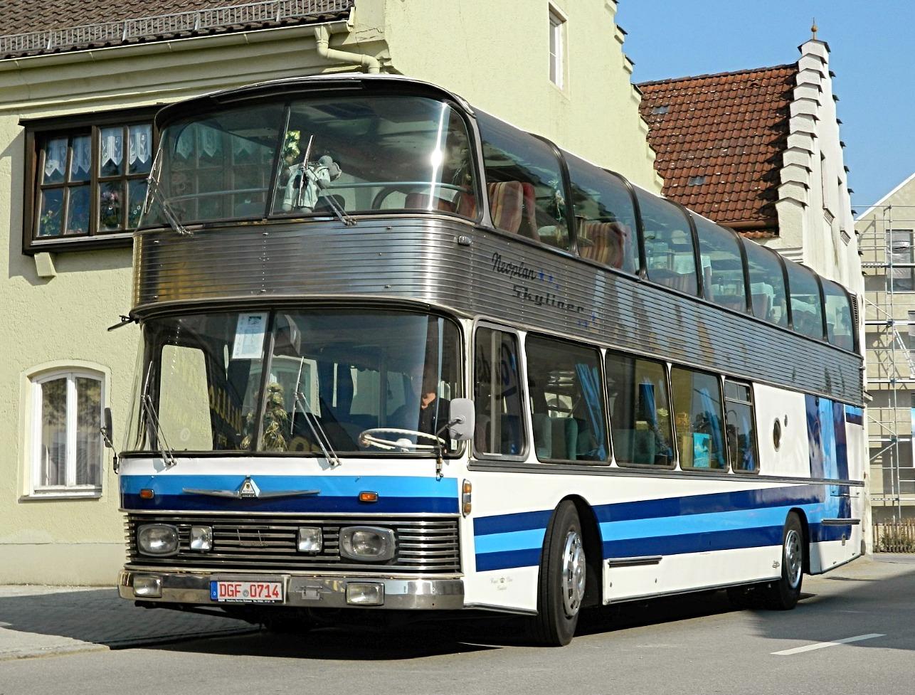Active Oldtimer Bus mieten Neoplan Skyliner aussen1_edited