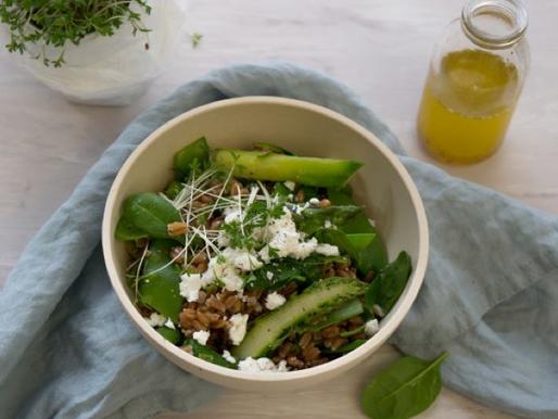Dinkelsalat mit grünem Spargel und Feta