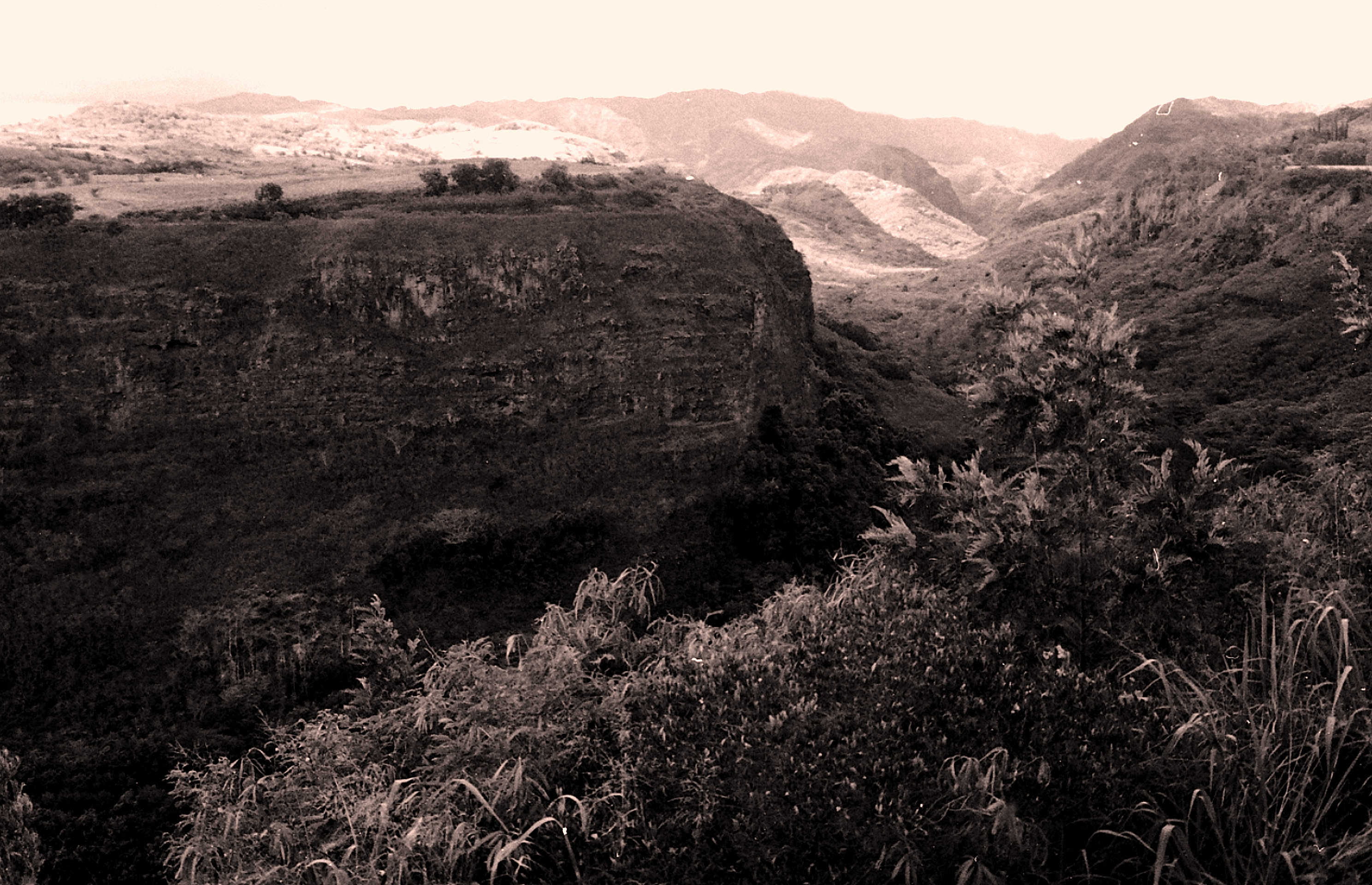 Hawaii-BW-Helicopter Canyon 2