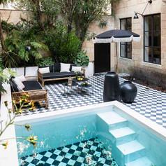 Cours intérieur avec piscine
