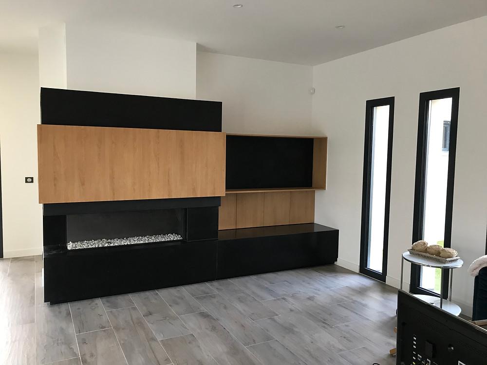Cheminée gaz; meuble télévision; fenêtre verticale; carrelage aspect bois