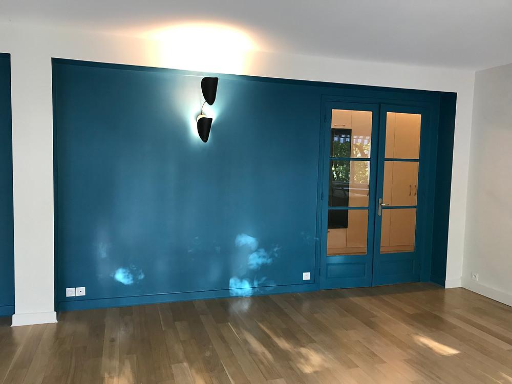 peinture bleue, parquet, applique FUNAMBULE,