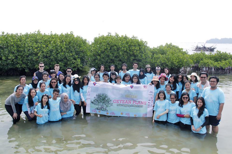 Foto bersama sebelum menanam mangrove.JPG