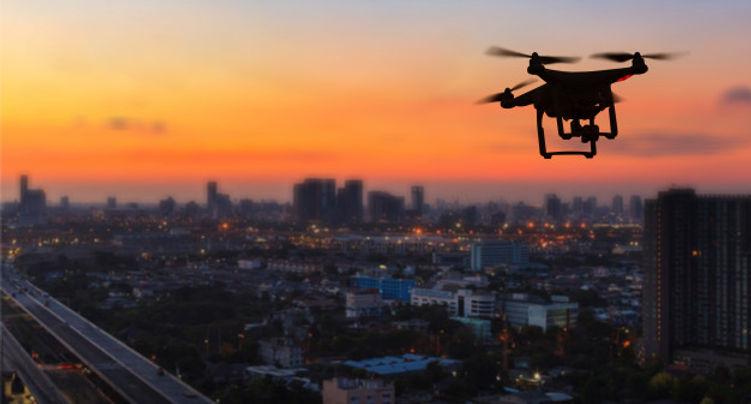 silueta-drone-volando-encima-ciudad-al-a