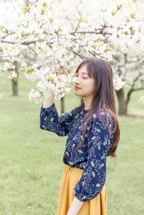cute girl senior photo shoot white flowers