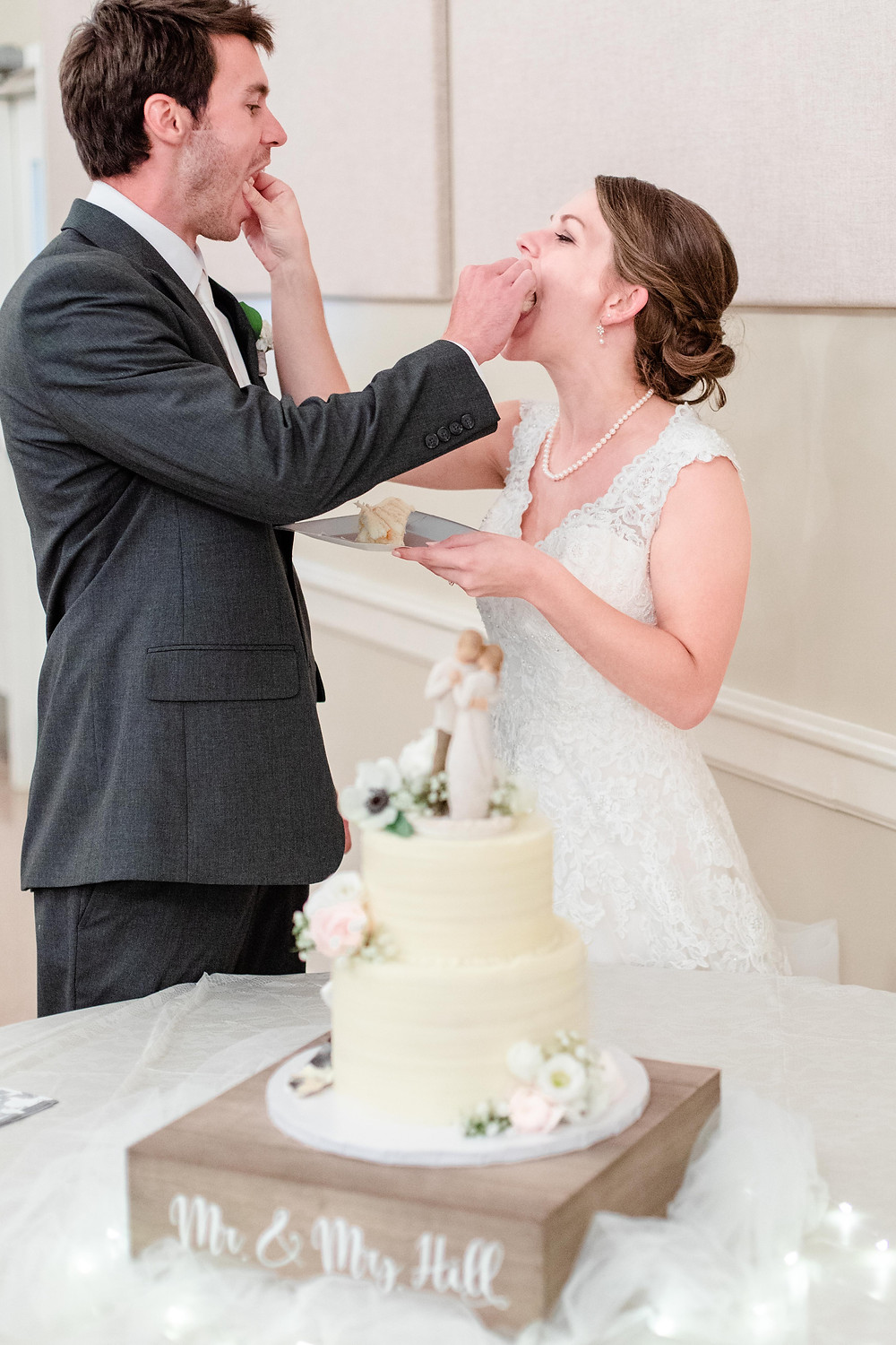 bride and groom cutting cake Milledgeville Georgia