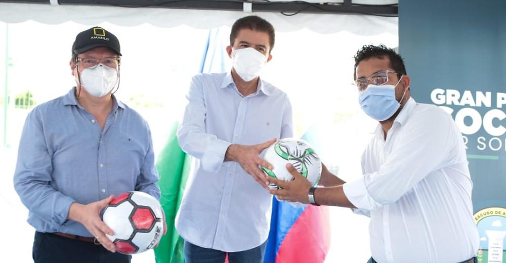 Ilson Cañas, director de la escuela deportiva; Rodolfo Ucrós, alcalde de Soledad, y Juan Solano, director de proyectos de Amarilo.