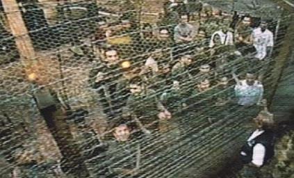 Uno de estos campos con los policías detrás de alambradas aparece en el documental El Verde Mar del Olvido, filmado por Caracol Televisión en el año 2000. / Foto: tomada del informe de Caracol TV.