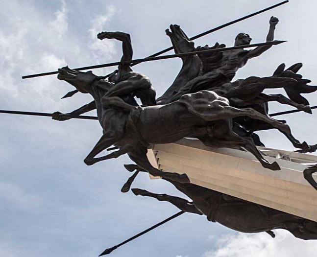 El monumento del escultor Rodrigo Arenas Betancourt y del ingeniero Guillermo González Zuleta. Elaborado en bronce, acero y concreto. Muestra a los catorce jinetes llaneros en sus cabalgaduras en plena carga.