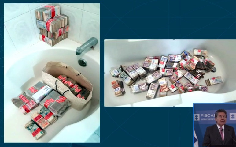 El dinero fue colocado en la bañera.
