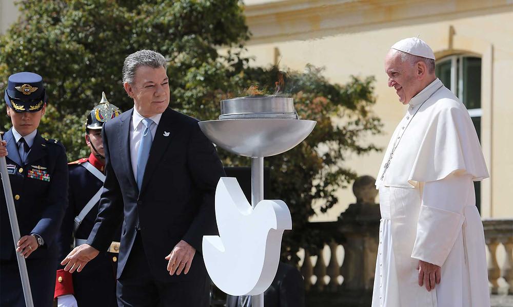 Foto superior: Entre el Presidente Santos y el Sumo Pontífice arde perenne la llama de la paz. / Autor: José Miguel Gómez, Conferencia Episcopal Colombiana.