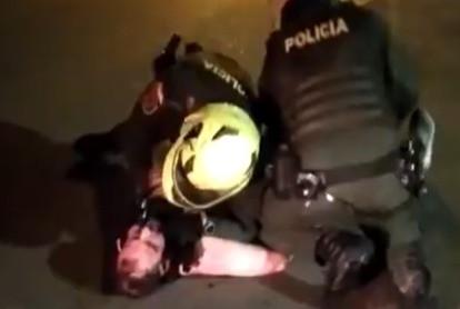 Javier Ordóñez es sometido por dos agentes de la Policía.