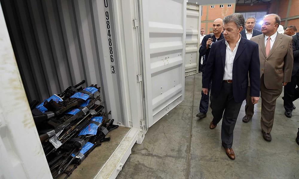 El presidente Santos y el jefe de la Misión, Arnault, en el depósito general en Funza, Cundinamarca, donde Naciones Unidas ubicó las armas inutilizadas, / Foto: Efraín Herrara, SIG.