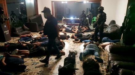 PNP INCAUTA DROGAS, ARMAS Y ALCOHOL EN FIESTA COVID-19 EN CHACLACAYO.