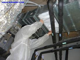 Сотрудники компании СпецВодоКанал проводят работы по вакуумной очистке производственной вентиляции.