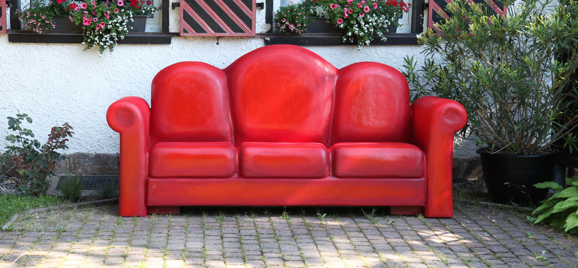 rote Couch Großplastik