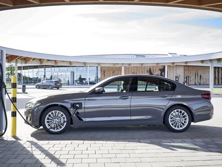 BMW 320e e 520e 2021: prezzi e versioni delle nuove ibride plug-in, anche Touring e 4x4