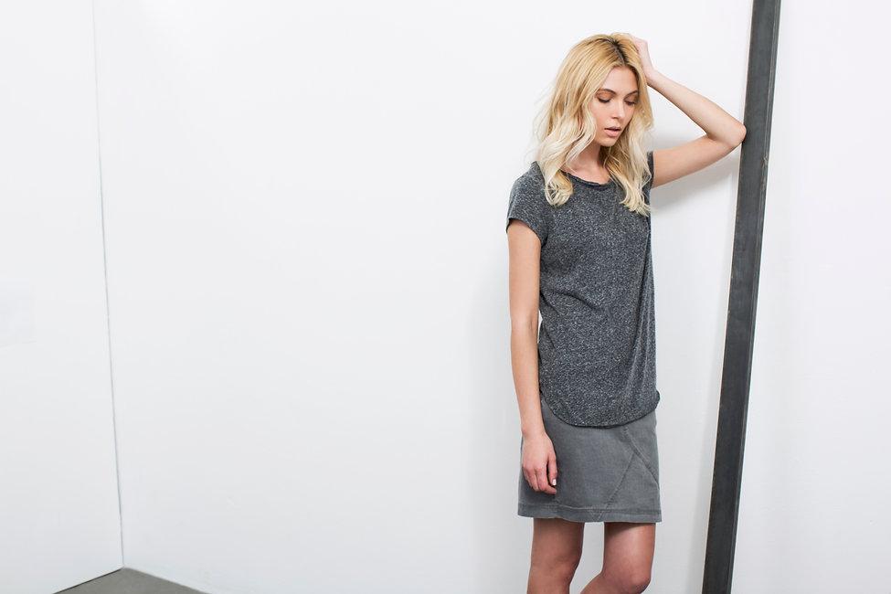 חולצת טי שירט בעלת גימורים גזורים מבד כותנה -מופים-מיכל אמה