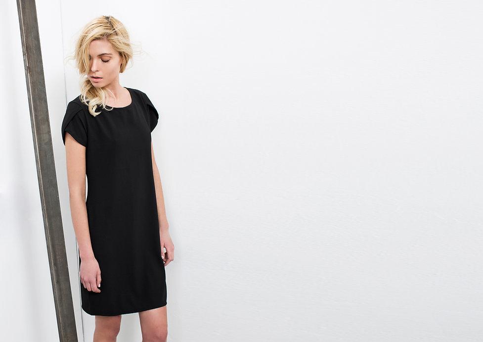 שמלה שחורה בגזרה מושלמת,בעלת שרוולי מעטפה