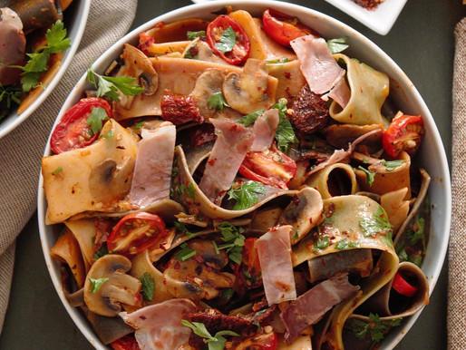 Ζεστή σαλάτα ζυμαρικών με φρέσκα μανιτάρια, σκορδάτα ντοματίνια φούρνου, λιαστή ντομάτα και προσούτο