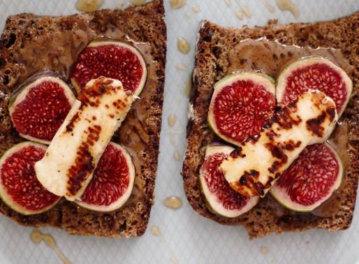 Bruschetta 🍞🍞με φρέσκα σύκα, χαλούμι, φουντουκοβούτυρο και μέλι🍯