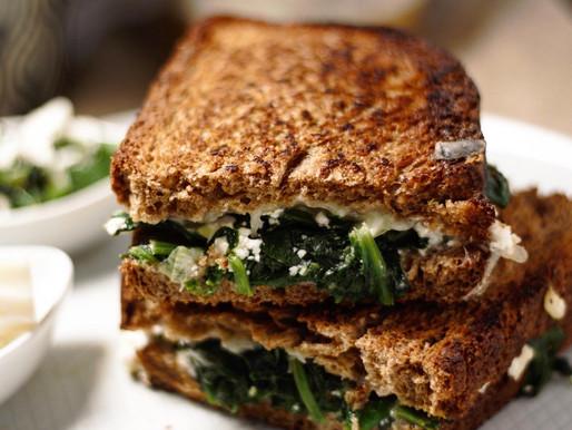 Νόστιμο sandwich με φρέσκο σπανάκι και ελληνικά τυριά