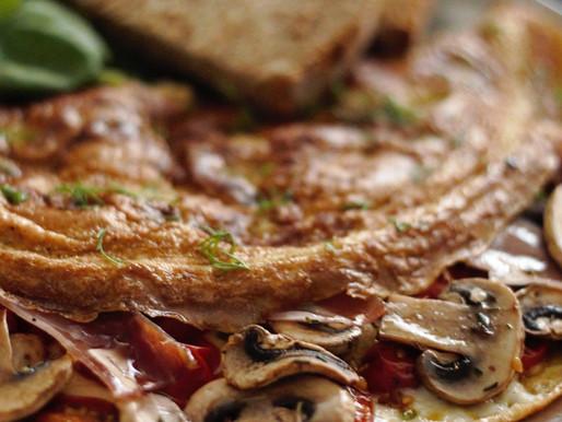 Ομελέτα με σκορδάτα ντοματίνια φούρνου, φρέσκα μανιτάρια, γραβιέρα Νάξου και προσούτο Ευρυτανίας