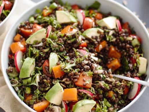 Σαλάτα με μαύρη φακή belunga και φρέσκα λαχανικά