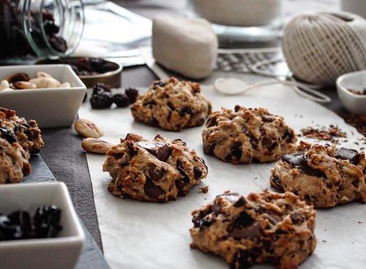 Σπιτικά μπισκότα με σοκολάτα, αποξηραμένα κεράσια και καβουρδισμένα αμύγδαλα
