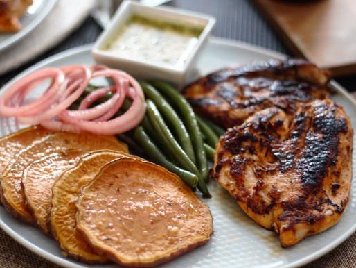 Ελαφρύ και υγιεινό γεύμα με ψημένο στήθος κοτόπουλου, γλυκοπατάτα και βινεγκρέτ μουστάρδας