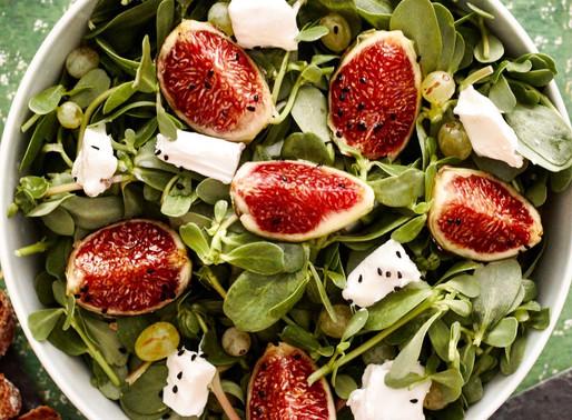 Πράσινη σαλάτα με φρέσκα σύκα και σταφίδα, φρέσκο κατσικίσιο τυρί και σως από ταχίνι