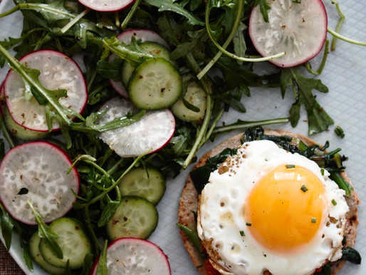 Αβγό με φρέσκο σπανάκι, σάλτσα ντομάτας, μανούρι Κρήτης και φρέσκια σαλάτα