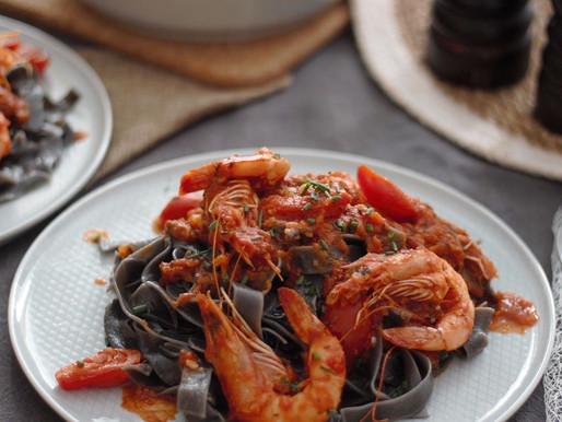 Φρέσκιες γαρίδες με ζυμαρικά με μελάνι σουπιάς