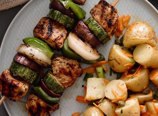 Σουβλάκι κοτόπουλο με φρέσκα λαχανικά και λεμονάτη πατατοσαλάτα
