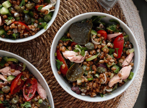 Δροσερή σαλάτα με σιτάρι, φρέσκα λαχανικά και καπνιστή πέστροφα