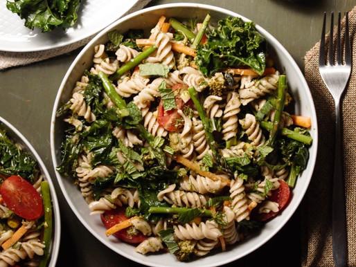Ελαφριά σαλάτα με ζυμαρικά από ελληνικό δίκοκκο σιτάρι ολικής άλεσης και φρέσκα λαχανικά