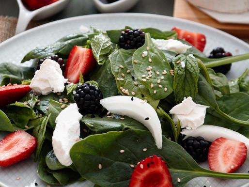 Δροσερή σαλάτα με φρέσκο σπανάκι, φράουλες, μούρα και κατσικίσιο τυρί