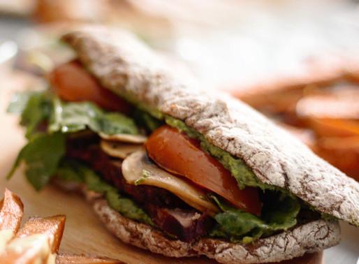 Sandwich με μοσχαρίσιο φιλέτο και χειροποίητη πέστο σχοινόπρασου και γλυκοπατάτα φούρνου